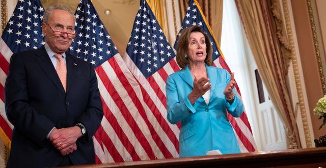 Senatens minoritetsledare Chuck Shumer (D) och Representanthusets talesperson Nancy Pelosi skriver under det klubbade budgetpaketet 1 augusti 2019.  J. Scott Applewhite / TT NYHETSBYRÅN/ NTB Scanpix