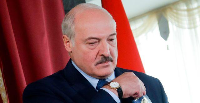 Aleksandr Lukasjenko, när han la sin röst i Minsk på söndagen.  Sergei Grits / TT NYHETSBYRÅN