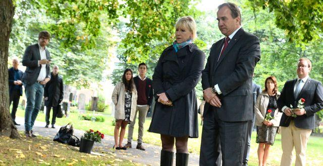 Margot Wallström och Stefan Löfven lägger rosor på Anna Lindhs grav. Idag är det 11 år sedan Lindh mördades. CLAUDIO BRESCIANI / TT / TT NYHETSBYRÅN