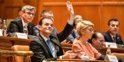 Under dagens omröstning. På bilden syns bland annat Ludovic Orban som räcker upp handen på bilden. DANIEL MIHAILESCU / AFP