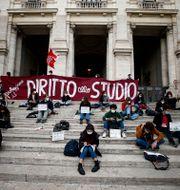 Äldre studenter protester genom att delta i distansundervisning på trappan till utbildningsdepartementet.  Cecilia Fabiano / TT NYHETSBYRÅN