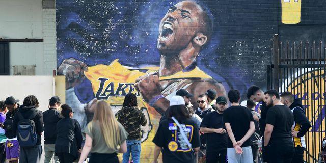 Fans samlas runt en muralmålning som föreställer Bryant i Los Angeles. FREDERIC J. BROWN / AFP