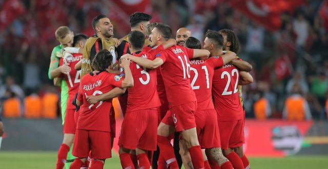 Turkiet firar efter segern. TT NYHETSBYRÅN/ NTB Scanpix