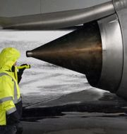 Arkivbild: En anställd inspekterar en motor vid Boeings anläggning i Renton, i Washington, USA Ted S. Warren / TT NYHETSBYRÅN