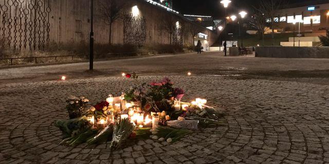 Blommor och tända ljus i närheten av den plats där en man dödades när han plockade upp en handgranat i Vårby gård.  Johan Hallnäs/TT / TT NYHETSBYRÅN