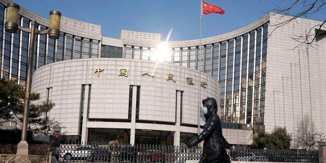 Illustrationsbild: En kvinna går förbi den kinesiska centralbankens huvudkontor i Peking.  Jason Lee / TT NYHETSBYRÅN