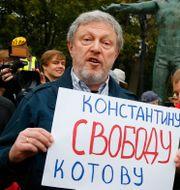 """Politikern Grigory Yavlinsky håller upp en skylt med texten """"Frihet åt Konstantin Kotov"""". Alexander Zemlianichenko / TT NYHETSBYRÅN"""