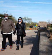 Illustrationsbild: Dave Anderson och Panadda Harrington promenerar i Washington, mars 2020.  Jacquelyn Martin / TT NYHETSBYRÅN
