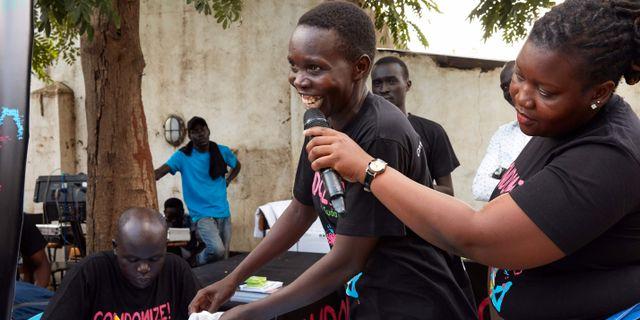 En universitetsstudent i Juba visar hur en kondom används under kampanjen för preventivmedel under lördagen. ALEX MCBRIDE / AFP