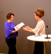 Utedaren Linda Zachrison överlämnar utredningen om återstart för kulturen till kulturminister Amanda Lind (MP) vid en Pressträff i regeringskansliet. Fredrik Sandberg/TT / TT NYHETSBYRÅN