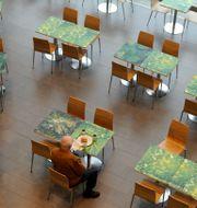 Ensam man äter lunch på en restaurang i Skärholmen. Arkivbild. LEIF R JANSSON / TT / TT NYHETSBYRÅN