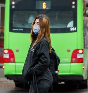 Kvinna med munskydd i Uppsala. Claudio Bresciani / TT / TT NYHETSBYRÅN
