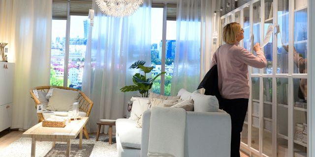 En kvinna handlar på ett Ikea-varuhus i Polen.  Alik Keplicz / TT NYHETSBYRÅN