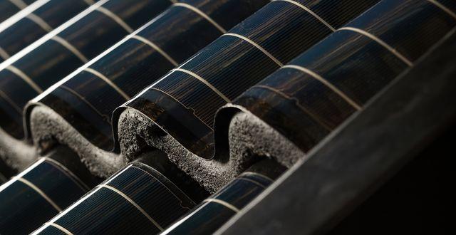 Världens första solpanel anpassad för takpannor, Midsummer WAVE, blir ett med taket.