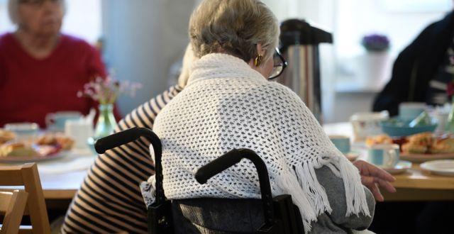En kvinnlig pensionär på ett äldreboende. Fredrik Sandberg/TT / TT NYHETSBYRÅN