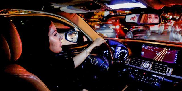 Hessah al-Ajaji kör för första gången bil i Saudiarabiens huvudstad Riyadh. Nariman El-Mofty / TT NYHETSBYRÅN