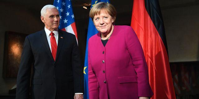 Mike Pence och Angela Merkel. CHRISTOF STACHE / AFP