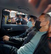 Den tidigare juridikprofessorn och oppositionelle Benny Tai sitter i en bil efter att  ha gripits i Hongkong.  TT NYHETSBYRÅN