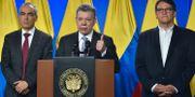 Juan Manuel Santos och Gustavo Bell till höger.  HO / COLOMBIAN PRESIDENCY / AFP