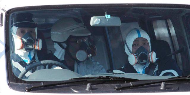 Poliser med skyddsdräkter under Fukushima-olyckan 2011. Kaname Yoneyama / TT NYHETSBYRÅN