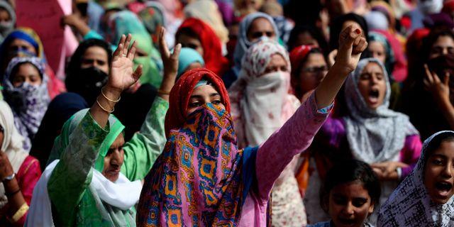 Muslimska kvinnor i Kashmir protesterar. Srinagar, 13 september.  Mukhtar Khan / TT NYHETSBYRÅN