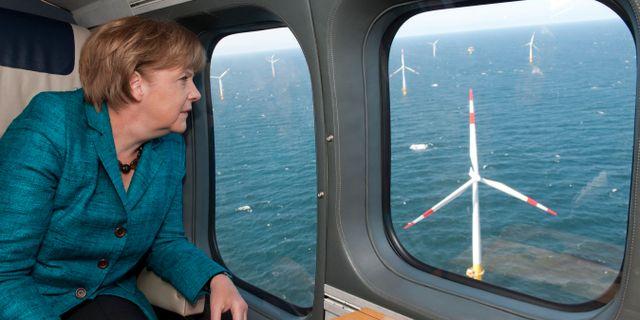 Illustrationsbild: Tysklands förbundskansler Angela Merkel flyger helikopter och tittar på vindkraft i Östersjön. Guido Bergmann / TT NYHETSBYRÅN