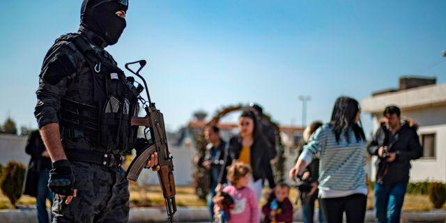 Ryska barn flyttas från al-Hol. DELIL SOULEIMAN / AFP