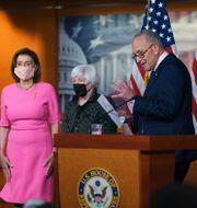Representanthusets talman Nancy Pelosi, finansminister Janet Yellen och majoritetsledare i senaten, Chuck Schumer.  J. Scott Applewhite / TT NYHETSBYRÅN