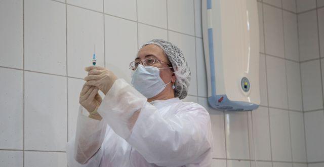 En spruta med Sputnik V-vaccin Alexander Zemlianichenko Jr / TT NYHETSBYRÅN