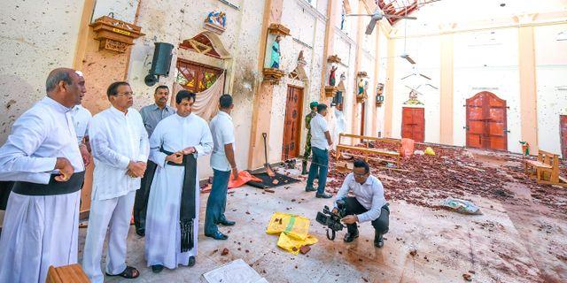 Sirisena (i mitten) besöker kyrkan St Sebastian som attackerade i helgen. HANDOUT / SRI LANKAN PRESIDENT'S OFFICE