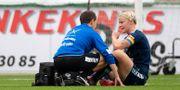 Nilla Fischer får hjälp av läkare under matchen. JOSEFINE LOFTENIUS / BILDBYRÅN