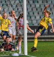 Amanda Ilestedt och Anna Anvegård firar ett av målen.  CARL SANDIN / BILDBYRÅN