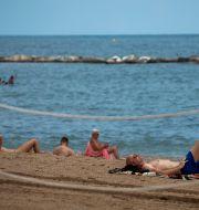 Illustrationsbild: Turister på en strand i spanska Barcelona, juli 2020.  Emilio Morenatti / TT NYHETSBYRÅN