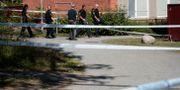 Polisen arbetar på mordplatsen i Vivalla. PAVEL KOUBEK/TT / TT NYHETSBYRÅN
