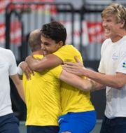 Mridha (trea från vänster) firar med kaptenen Johan Hedsberg. Peter Schneider / TT NYHETSBYRÅN/ NTB Scanpix