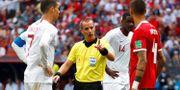Mark Geiger i mitten, Cristiano Ronaldo till vänster. AXEL SCHMIDT / TT NYHETSBYRÅN
