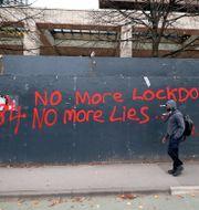 Anti-nedstängningsgraffiti i Manchester. Peter Byrne / TT NYHETSBYRÅN