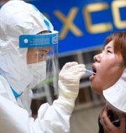 Covidtestning på fabrik i Kina.  TT NYHETSBYRÅN