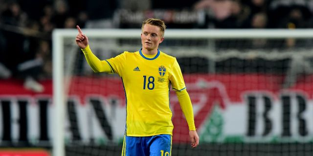 Sam Larsson firar sitt mål mot Ungern. ATTILA KISBENEDEK   AFP ba0f1087fd45a