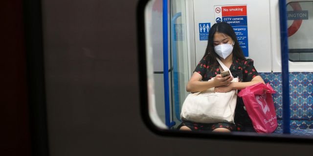 Kvinna i Londons tunnelbana. ISABEL INFANTES / TT NYHETSBYRÅN