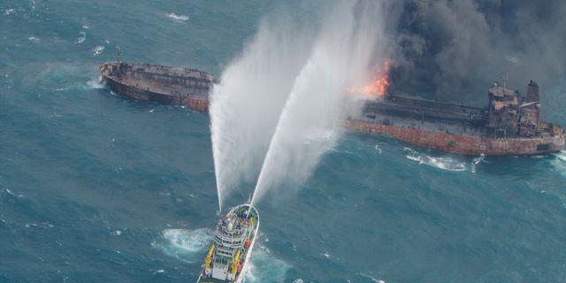 Ett räddningsfartyg arbetar med att försöka släcka elden på tankern, på en bild från 10 januari. HANDOUT / TT NYHETSBYRÅN