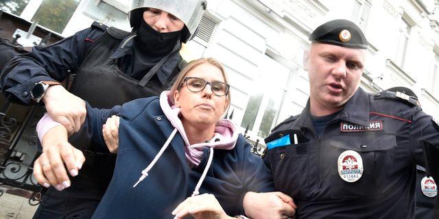 Oppositionspolitiker Ljubov Sobol grips. Dmitry Serebryakov / TT NYHETSBYRÅN/ NTB Scanpix