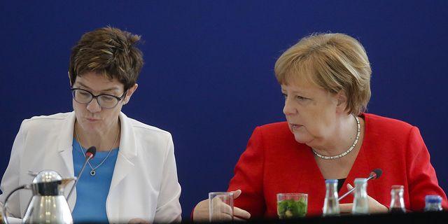 Annegret Kramp-Karrenbauer och Angela Merkel. TT