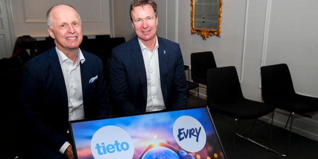 Arkivbild: Tietos koncernchef Kimmo Alkio och Evrys koncernchef Per Hove i samband med fusionsbeskedet i somras.  Vidar Ruud / TT NYHETSBYRÅN