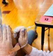 En person får vaccin i Illinois. Nam Y. Huh / TT NYHETSBYRÅN