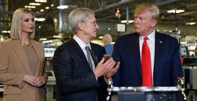 Ivanka Trump, Tim Cook och Donald Trump på Apples fabrik i Austin på onsdagen. Evan Vucci / TT NYHETSBYRÅN