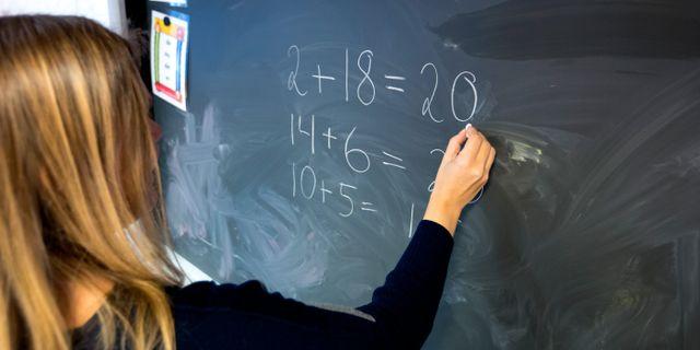 Flera arbetsuppgifter som brukar göras av lärare kan istället göras av lärarassistenter eller andra yrkesgrupper, enligt en utredning från Skolverket. Arkivbild. Gorm Kallestad/NTB Scanpix/TT