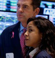 Arkivbild. Börsmäklarna David Haubner och Wingszi Chiang på Wall Street. Richard Drew / TT NYHETSBYRÅN