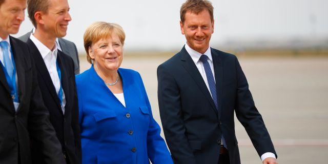 Tysklands Angela Merkel med regionen Sachsens ministerpresident Michael Kretschmer.  HANNIBAL HANSCHKE / TT NYHETSBYRÅN