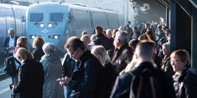 Arkivbild. Passagerare väntar på perrongen på Lund C.  Johan Nilsson/TT / TT NYHETSBYRÅN